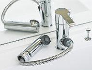 吐水口を引き出して使えるシングルレバー混合水栓を採用。ボウルのお手入れがしやすく便利です。