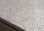 キッチン天板には、高純度天然水晶を約93%使用しているフィオレストーンを採用。
