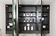 鏡裏には小物類を効率よく収納できる「(1)3段の棚板」のほか、「(2)ペーパーホルダー」「(3)ドライヤーフック」「(4)拡大鏡」。