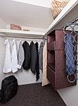 ご夫婦の衣類をまとめて収納できる大容量の収納を設置しています。(A・B・B1タイプ)