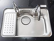 気になる水はね音を抑えるサイレント仕様。水捨ての手間がかからず清潔に使える水切りプレート付です。