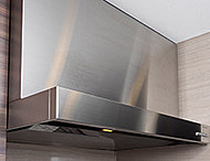 油汚れもサッとふき取れるお手入れが簡単なホーロー整流板を採用。