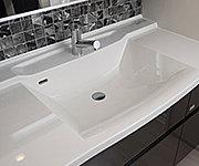 洗面ボウルの位置を片方に寄せることで、二人並んでの動作もスムーズに。水に濡れないエリアも増え、快適性も向上。