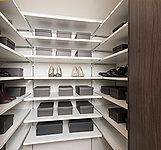 靴のまま出入りできる大容量スペース。フットウェアはもちろん折りたたみ式のベビーカーやアンプレラスタンドなども収容可能。(一部タイプのみ)