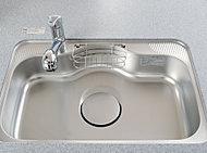 水はね音や、食器・スプーンを落とした音も抑制。大きな鍋もスムーズに洗えるワイドタイプです。