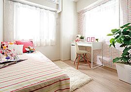 二面から光が降り注ぐ明るいお部屋。爽やかに風が通りぬける心地よいスペースは、元気なお子さまにもぴったりです。