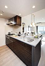 機能性と美しさを兼ね備えたキッチン設備。先進の設備とゆとりある作業スペースを確保したキッチン。毎日、キレイに使っていただけるよう、お手入れのしやすさにも配慮しました。料理の時間が楽しくなりそうです。