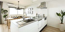 美しく、使いやすく。いつまでも心地よく使えるキッチン。調理をスムーズにして、効率よく、楽しく。キッチンでの立ち振る舞いに、楽しさを再発見させてくれるようなキッチンをプランニングしました。