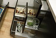 普段使わないものや、買い置きなどを足元部分にスッキリ収納。用途ごとに分けて収納、整理しやすいキャビネット。