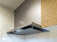すきま風現象を利用した整流板の効果により、吸引力がアップ。外に逃げる油煙や臭いを確実にとらえ、クリーンな室内環境を保ってくれます。