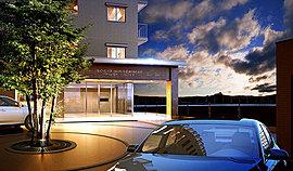 車寄せを備えたエントランスアプローチ 格調高いホテルを思わせる優美な創りのエントランスアプローチには車寄せを設置。屋根に守られて、雨の日でも濡れることなく車から乗り降りできます。