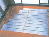 全住戸のリビング・ダイニング、キッチン(一部タイプ)に、温水式床暖房を導入しました。