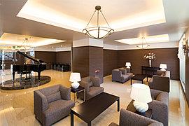住まう人を格調高く包み込む、リゾートホテルのようなエントランスホール。