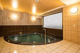 癒しの時間に包まれる、広々とした天然温泉大浴場。疲労回復やストレス解消はもちろん、美肌効果が高い天然温泉。