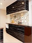 便利なカウンターを確保し、収納力も豊富。デスクとしても使える便利なセパレート型食器棚です。