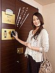スマートフォンをカードリーダーにかざすだけで、エントランスの「解錠」と住戸玄関の「旋錠」・「解錠」、エレベーター操作がスピーディーにできる。