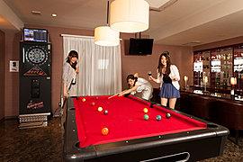 カウンターバーには、入居者専用の「ワインセラー」が完備されており、本格的な「ビリヤード台」や「ダーツマシン」を揃えています。気の合う友人やゲストを招いてパーティーも楽しめるなど遊びや寛ぎの場として愉しさがより深まっていきます。