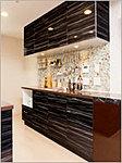 食器の出し入れが可能なセパレート型の食器棚を採用しました。空間テイストを引き立てる鏡面扉は見た目も美しく、ちょっとした汚れはサッとひと拭きできれいになります。(一部タイプ)