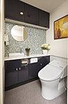 洗浄・暖房・脱臭はもちろん、ローシルエットデザイン装備した最新式を採用しました。また、手洗いカウンターの下部を利用した収納スペース(I型トイレキャビネット)も設置しています。