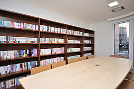 一般書、書籍、絵本、雑誌などを常設し、お子様の学習や調べ物はもちろんのこと、ゆっくりと読書するスペースとしてお役立てください。ご自宅から本を持参して読書の雰囲気を堪能したり、お父様の書斎として情報収集に役立てたりなど使い方は多彩です。