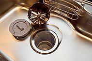 生ゴミをキッチンに溜めずに粉砕処理。内部のバスケットは、取り外して丸洗いできます。