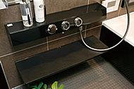 高品質なプッシュ式の水栓を標準装備。操作性にもすぐれ、プッシュと回転で、湯温調節やシャワーのオン&オフ等ができます。