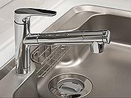 美味しい水を供給する浄水器一体型のシャワー水栓。ヘッドを引き出せるので、シンクのお手入れや大きな鍋の丸洗いも簡単です。