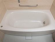 浴槽とフタに断熱材を使用し、高い保温効果を発揮。追い焚きの回数が減り、光熱費の節約につながります。柔らかなアーチを描く弓形浴槽です。
