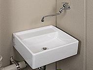ガーデニングの水やりやスニーカーの丸洗いなどに便利なスロップシンクをバルコニーやテラスに設置しています。