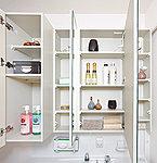 ミラーの裏は全面収納。化粧品・ヘア小物など、たっぷり収納できます。サイドは片開きのキャビネットに。洗面まわりの小物を整理して収納できます。