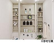 お化粧やヘアメイクに便利な三面鏡付きの洗面化粧台を採用。ミラー裏には収納棚を天井いっぱいまで設置しています。