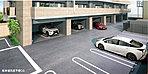 敷地内に100%駐車可能。 総戸数54戸に対して駐車場は全戸分以上の61台分をご用意しました。また、出し入れしやすい平面式駐車場も設置し、そのうち11区画分は建物1階をピロティ式にした屋内駐車場となっており、雨に濡れにくく、防犯上も安心です。