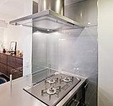 汚れがつきにくく、お手入れ簡単。シンプルで見た目も美しいキッチン空間を演出します。