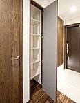 使い勝手のよい可動棚を設け、掃除道具などを収納できる物入を廊下に配置しています。