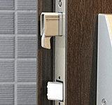 デッドボルトの鎌が枠に引っかかるので、ドアのこじ開けを困難にします。