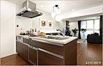 デザイン性に優れたスタイリッシュなキッチンは、料理の時間を楽しくさせる開放感のあるオープンタイプ。