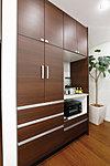 キッチンの面材と同色の食器棚を標準装備。電化製品も無理なく置けるためキッチンまわりはいつもスッキリ。