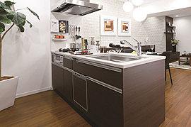 大型のお鍋や調理器具も入る豊富な収納や、軽く押すと静かに閉まるソフトクローズ機能など、集約された様々な機能が家事の効率化を実現。料理をしながら家族との会話も楽しめます。