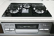 一定の温度以上になると火が消えるSiセンサーコンロにより安心調理をバックアップ。(標準仕様はガスコンロ、IHセレクト可能)