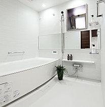 空間に広がりが感じられるワイドミラー、多機能浴室リモコンや経済的な保温浴槽を設置。心ゆくまでリラックスタイムを楽しむことができます。