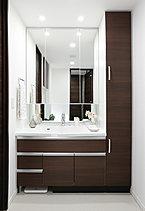 洗面化粧台には便利な収納付きの大型三面鏡、シンプル&モダンなスクエア型洗面ボウルを採用。