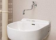 バルコニーのスロップシンクは、ガーデニングの水やりや、アウトドア用品を洗う際にも便利です。