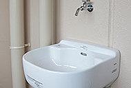 ガーデニングの水やりや窓の掃除などに役立つスロップシンクをバルコニーに設けています。