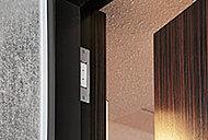 全住戸の玄関ドアと3・18階住戸の窓※に設け、不正に開けられるとセンサーが作動します。※FIX窓、ルーバー面格子設置個所を除く