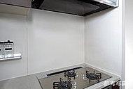 マグネットも使用できるホーロー製のキッチンパネルを採用。簡単にお手入れができ、壁を清潔に保ちます。