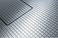 冬場も足裏がヒヤッとしない床材を採用。規則正しい表面パターンが排水を促し、翌朝にはカラリと乾きます。