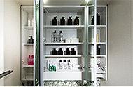 三面鏡裏には、化粧小物などを機能的に整理できる収納スペースを設けています。