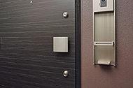 玄関ドアには、鍵を上下2ヵ所に設置することで、時間的にも心理的にも不正解錠を抑制し、防犯性能の向上を図っています。