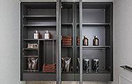 三面鏡裏側は全面収納スペース。化粧小物などを機能的に整理できる収納スペースを設けています。