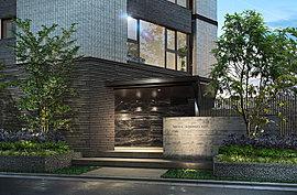 邸宅の品格と緑の潤いに導かれるエントランス。